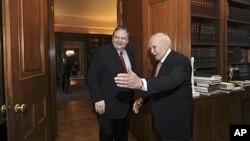 Tổng thống Hy Lạp Karolos Papoulias (phải) mời thủ lãnh Ðảng Xã hội Evangelos Venizelos đến thảo luận tại văn phòng tổng thống, ngày 12 tháng 5, 2012.