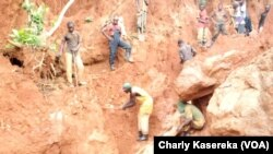 Des creuseurs artisanaux à la recherche du coltan dans un site au Nord-Kivu, 2015. (VOA/Charly Kasereka)