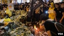 超過一萬名香港市民響應網上號召6月15日晚到金鐘太古廣場外獻花,悼念反送中運動首名犧牲性命的抗爭者梁凌杰逝世一周年。(美國之音湯惠芸)