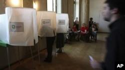 На одном из избирательных пунктов в Тбилиси. 1 октября 2012 г.