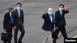 美國前參議員多德(右二)等一行人在抵達台灣時受到台灣交部長吳釗燮(右)等台灣官員的歡迎。(2021年4月14日)