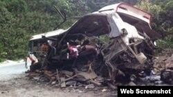 Hiện trường vụ tai nạn nổ xe khách ở Lào. Ảnh chụp màn hình trang web vnexpress.net
