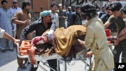 Nạn nhân bị thương trong vụ nổ bom trên chiếc xe buýt được đưa đến bệnh viện