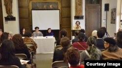 미국 워싱턴의 카톨릭대학에서 '일본 군 위안부의 슬픔과 희망' 전시회가 열리고 있는 가운데, 25일 전시회에 앞서 열린 '2차 세계대전 위안부의 유산' 세미나에서 이동우 정신대대책위원회 초대 회장이 발언하고 있다.