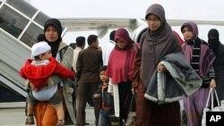 ຊາວອິນໂດເນເຊຍ ທີ່ຖືກຍົກຍ້າຍອອກຈາກປະເທດອີຈິບ ເດີນທາງໄປເຖິງ ສະໜາມບິນ Sukarno-Hatta ໃນກຸງຈາກາຕາ (2 ກຸມພາ 2011)