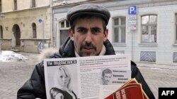 Riga ko'chalarida targ'ibot ishlari olib borayotgan Vladimir Linderman, rus aholi manfaati uchun kurashayotganini aytadi. Rus tili ona tilimiz, deydi u.