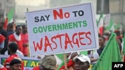Người biểu tình cầm biểu ngữ xuống đường tại Lagos để phản đối việc tăng giá nhiên liệu của chính phủ Nigeria, ngày 9/1/2012