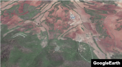 북한 화력 훈련장 모습. 위쪽으로 청와대 모형이 서 있고, 아래쪽 산등성이에는 대형 흰색 표적이 그려져있다.