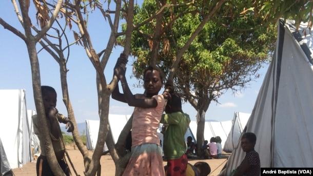 Crianças brincam no campo de deslocados de Vanduzi
