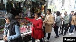 Compradores hacen fila para comprar un boleto de la lotería Mega Millions en Manhattan, Nueva York, el 19 de octubre de 2018.