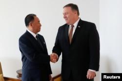 2018年5月31日美國國務卿蓬佩奧與金英哲在紐約會晤時握手