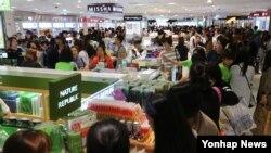 코리아블랙프라이데이 행사 첫 날인 1일 서울 명동 롯데면세점에서 국경절 연휴를 맞이해 방한한 중국인 관광객들이 한국산 화장품을 고르고 있다.
