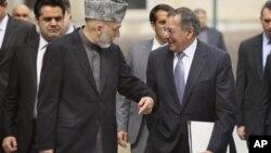 15일 카불에서 만난 하미드 카르자이 아프가니스탄 대통령(왼쪽)과 리언 파네타 미 국무장관.
