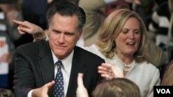 Mantan Gubernur Massachusetts, Mitt Romney, didampingi isterinya, Ann Romney, menyalami para pendukungnya di kota Manchester setelah dipastikan menang telak dalam pemilihan pendahuluan di negarabagian New Hampshire (10/1).