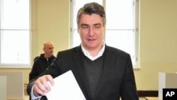 크로아티아의 밀라노비치 총리가 8일 수도 자그레브의 투표소에서 투표하고 있다.
