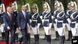 سهرۆک ئۆباما له لایهن سهرۆکی پرتوگال ئهنیبال کاڤاکۆ سیلڤا پـێشـوازی فهرمی لێـدهکرێت، ههینی 19 ی یازدهی 2010