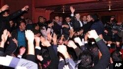 شام کے صدر بشار الاسد اتوار کو دارالحکومت میں اپنے حامیوں سے خطاب کے بعد ان کے درمیان موجود ہیں