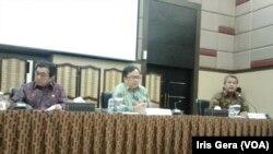 Ketua Dewan Komisioner OJK, Muliaman Hadad (kiri), Menteri Keuangan, Bambang Brodjonegoro (tengah) Deputi Gubernur BI, Perry Warjiyo (kanan) saat menjelaskan pelemahan nilai tukar rupiah di Jakarta, 10 Maret 2015 (Foto: VOA/Iris Gera)
