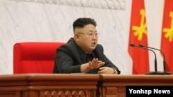 지난해 4월 북한 노동당 중앙위원회 정치국 회의가 열렸다고 조선중앙통신이 보도했다. (자료사진)