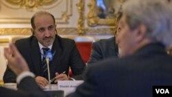 ဆီးရီးယား အမ်ဳိးသားညြန္႔ေပါင္းအဖဲြ႔ အႀကီးအကဲ Ahmad al-Jarba (ဝဲ) အေမရိကန္ႏုိင္ငံျခား ဂၽြန္ကယ္ရီအား နားေထာင္ေနစဥ္။