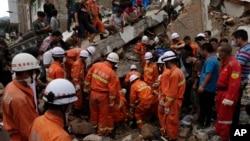 지난 3일 강력한 지진이 발생한 중국 윈난성 자오퉁시에서 5일에도 수색과 구조작업이 계속됐다.