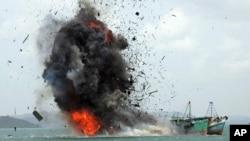 Sebuah kapal nelayan asing yang menangkap ikan secara ilegal diledakkan oleh Angkatan Laut Indonesia di lepas pantai Pulau Batam, 22 Februari 2016 (foto: dok).