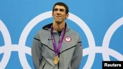 Perenang AS, Michael Phelps akan berupaya menambah perolehan medalinya dalam pertandingan renang putra estafet 4 kali 100 meter, Sabtu (4/8).