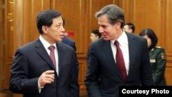 2016年1月21日,美国副国务卿布林肯和中国外交部副部长张业遂一同步入会议厅,参加美中中期战略对话。(图片来自美国驻华使馆)