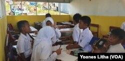 Aktifitas siswa-siswi di salah satu ruang kelas SD Transisi Balaroa, Palu Barat, Kota Palu, Sulawesi Tengah, 19 Juli 2019. (Foto: VOA/Yoanes Litha)