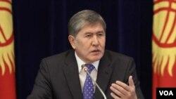 Presiden Kyrgyzstan Almazbek Atambayev dalam jumpa pers di rumah dinasnya di Ala-Archa, dekat Bishkek (29/12).