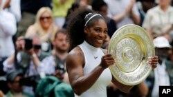 美国女子网球明星小威廉姆斯第七次赢得温布尔顿网球赛冠军。