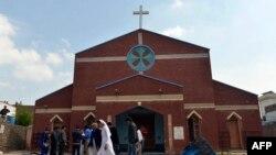 Pakistanski hrišćani okupljeni ispred crkve posle samoubilačkih napada na crkve u Lahoreu.