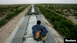 Un migrante se traslada en el techo de un tren en México tratando de llegar a la frontera con Estados Unidos.