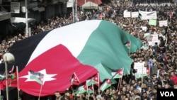 Ribuan demonstran melakukan unjuk rasa terbesar di ibukota Amman setelah usai shalat Jumat dengan membawa bendera nasional Yordania (25/2).