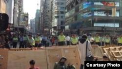 大批示威者周五晚周六凌晨重夺旺角(苹果日报图片 )