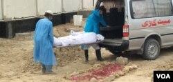 کرونا وائرس سے متاثرہ شخص کی میت قبرستان لانے سے قبل داخلی اور خارجی دروازوں پر پہرہ دیا جاتا ہے۔ (فائل فوٹو)
