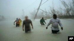 Spasioci se probijaju kroz poplave u Friportu na Bahamima