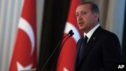 Presiden Turki Recep Tayyip Erdogan menyalahkan Amerika karena menerjunkan pasokan militer di Kobani (foto: dok).