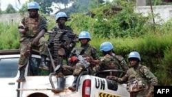 Des Casques-bleus de la mission de stabilisation des Nations unies en République démocratique du Congo sont assis à l'arrière d'une camionnette à Beni, Nord-Kivu, RDC, 23 octobre 2014.