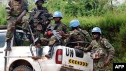 Des casques bleus de la Mission de l'Organisation des Nations Unies pour la stabilisation en République démocratique du Congo MONUSCO assis à l'arrière d'un camion pick-up de l'ONU, à Beni, 23 octobre 2014.