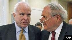 Thượng nghị sĩ Carl Levin (phải) và Thượng nghị sĩ John McCain