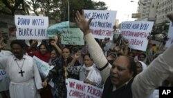 کراچی میں عیسائی آسیہ بی بی کی سزا کے خلاف مظاہرہ کرتے ہوئے۔ 25 نومبر، 2010