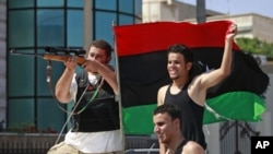 利比亚反对派士兵8月22日驾车驶过首都的黎波里街头