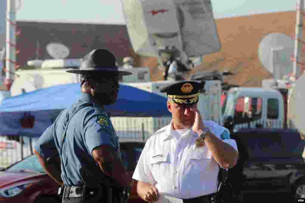 El capitan Ron Johnson, de la Patrulla de Caminos de Missouri, fue el encargado de resguardar la seguridad en Ferguson durante las protestas y también se hizo presente en las afueras de la iglesia Friendly Temple Missionary Baptist Church. [Foto: Alberto Pimienta, VOA]