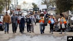 義工隊伍為紐約斯塔頓島受超級颶風桑迪影響的居民進行清理工作