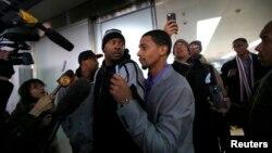 데니스 로드먼과 북한을 방문했던 전직 미 프로농구(NBA) 선수들이 지난 10일 베이징에 공항에 도착한 후 취재진에 둘러쌓였다.