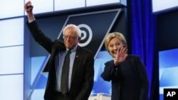 9일 미국 플로리다 주에서 열린 민주당 대선 TV토론회에 참석한 버니 샌더스 후보(왼쪽)와 힐러리 클린턴 후보가 토론회에 앞서 인사하고 있다.