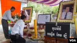 Cambodians pay respect to late political analyst Kem Ley on Saturday, August 13, 2016 in his hometown in Takeo province' Tram Kak district. (Leng Len/VOA Khmer)