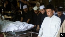 Anwar Ibrahim berdoa untuk ayahnya, Ibrahim Abdul Rahman, 96, di rumah mereka di luar Kuala Lumpur, Malaysia, Minggu, 5 April 2015.