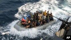Des membres des forces spéciales nigérianes et un équipage de marins américains à bord du NNS Burutu lors d'un exercice de formation contre les attaques des pirates le long de la côte de l'Afrique de l'Ouest, 13 février 2010.